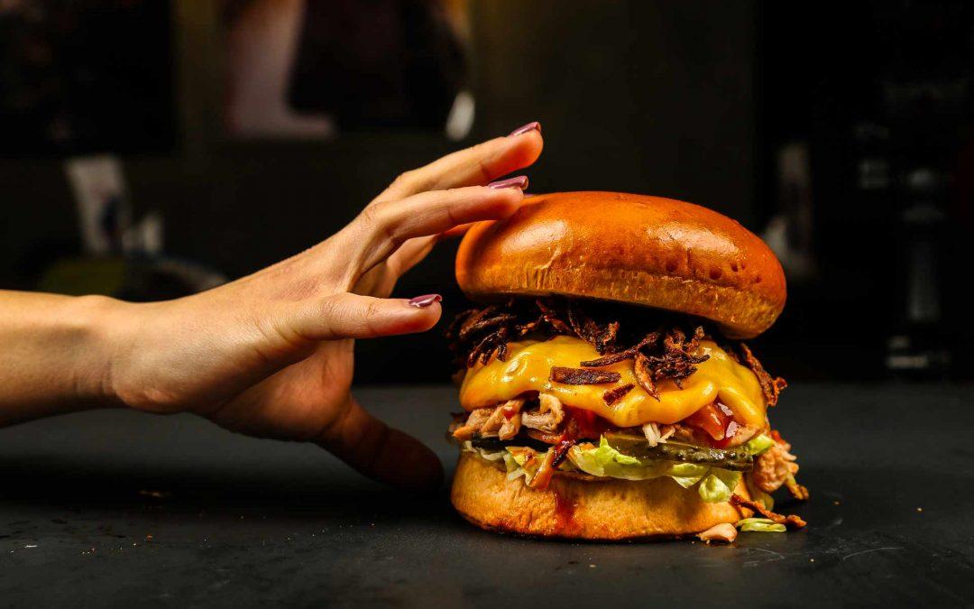 """6 consigli per mangiare un hamburger """"like a pro"""""""